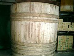束ねた桜葉は弊社工場でその日の内に大樽と呼ばれる木の樽へ並べます。